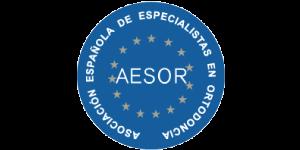 Formamos parte de la asociación española de especialistas en ortodoncia, AESOR. Asociación en la que pueden entrar los doctores que han cursado la especialidad de ortodoncia de 3 años.